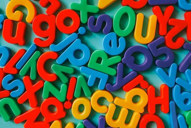 Bunte alphabetbuchstaben auf einer tabelle Kostenlose Fotos