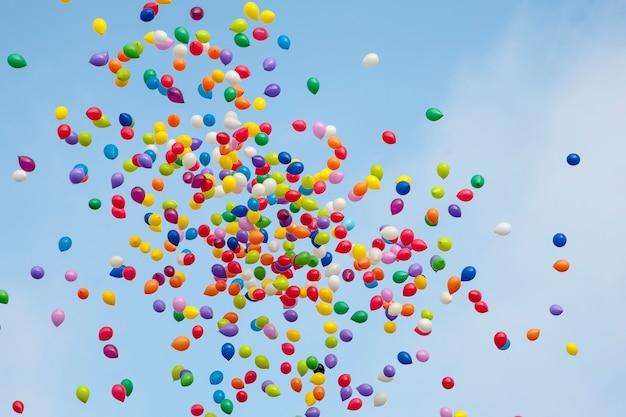 Bunte ballons im himmel Premium Fotos
