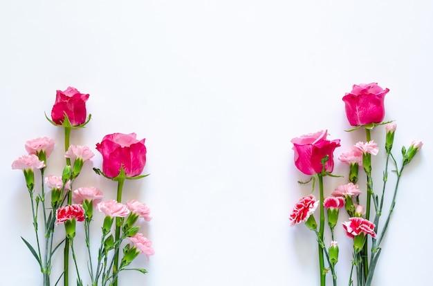 Bunte blumen auf weißem hintergrund für jubiläums- oder valentinstagkonzept. Premium Fotos
