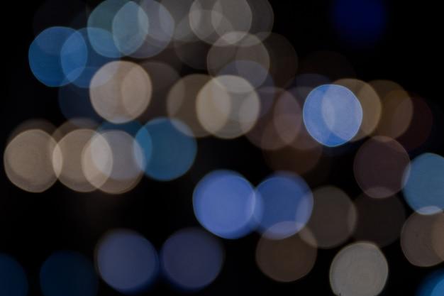 Bunte bokeh-zusammenfassung oder nachtleben des autolichtes auf der straße Premium Fotos