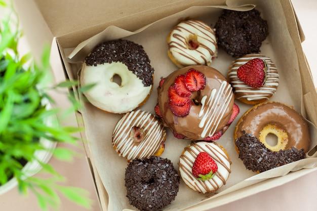 Bunte donuts im karton Premium Fotos
