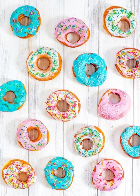 Bunte donuts türkis und rosa, muster. donuts set Premium Fotos
