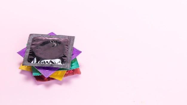 Bunte eingewickelte kondome des hohen winkels Kostenlose Fotos