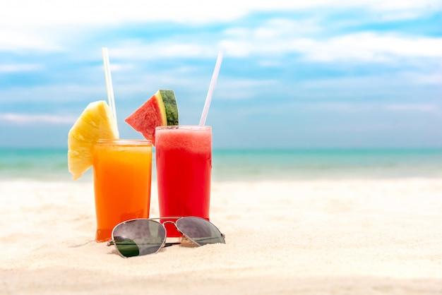 Bunte erfrischende tropische fruchtsaftgetränke am sommerstrand Premium Fotos