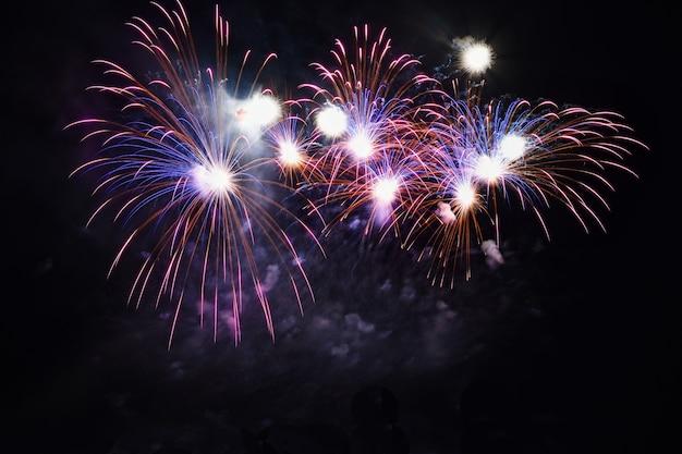 Bunte feuerwerk auf dem schwarzen himmel Kostenlose Fotos