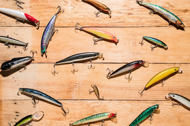 Bunte fischenköder auf hölzernem schreibtisch Kostenlose Fotos