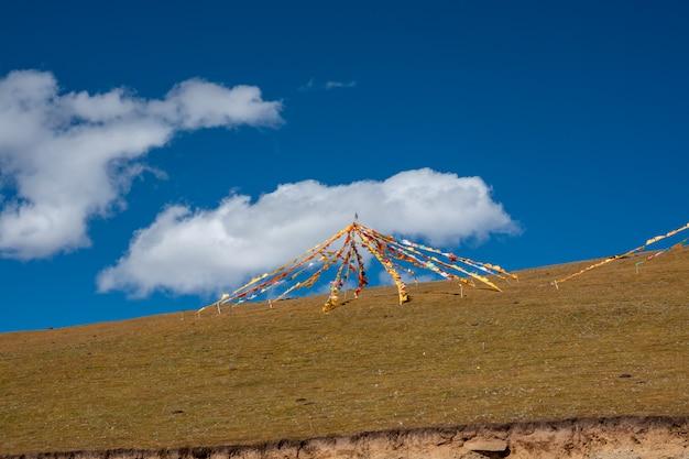 Bunte flagge der buddhistischen tibetanischen gebetsflagge. unterschiedlich in fünf farben unterschiedlicher bedeutung. Premium Fotos