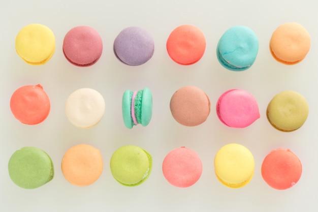 Bunte französische macarons auf grauem hintergrund Premium Fotos