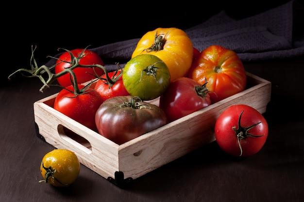 Bunte frische tomaten Premium Fotos