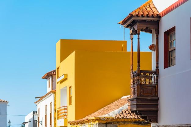 Bunte gebäude auf einer engen straße in der spanischen stadt garachico an einem sonnigen tag, teneriffa, kanarische inseln, spanien Kostenlose Fotos