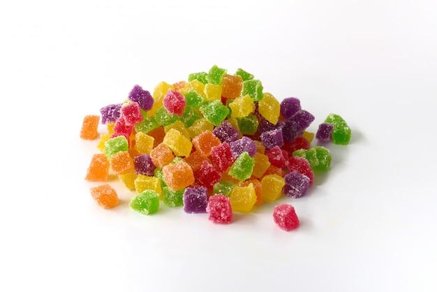 Bunte geleewürfelsüßigkeiten mit den überzogenen zuckerkristallen lokalisiert auf weißem hintergrund Premium Fotos