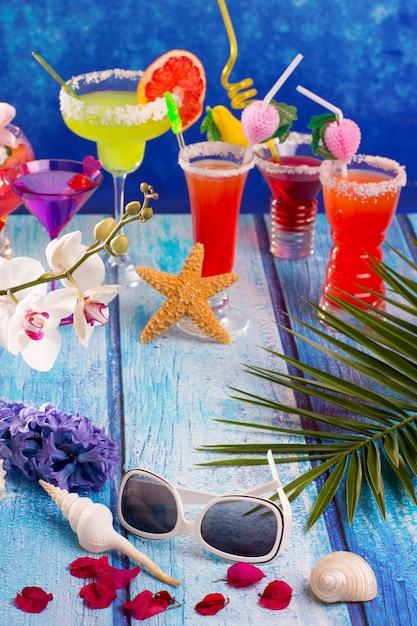Bunte gemischte cocktails im tropischen blauen holz Premium Fotos