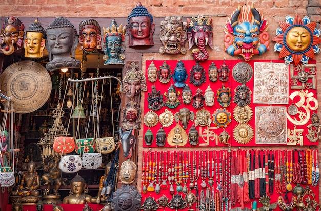 Bunte geschnitzte hölzerne masken und handwerk auf dem traditionellen markt in thamel-bezirk von kathmandu, nepal Premium Fotos