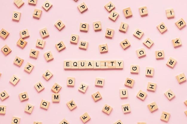 Bunte gleichheitsbuchstaben gemacht aus scrabble heraus Kostenlose Fotos