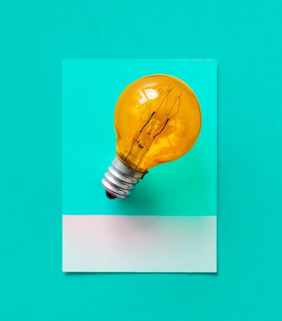 Bunte glühlampe auf einem papier Kostenlose Fotos