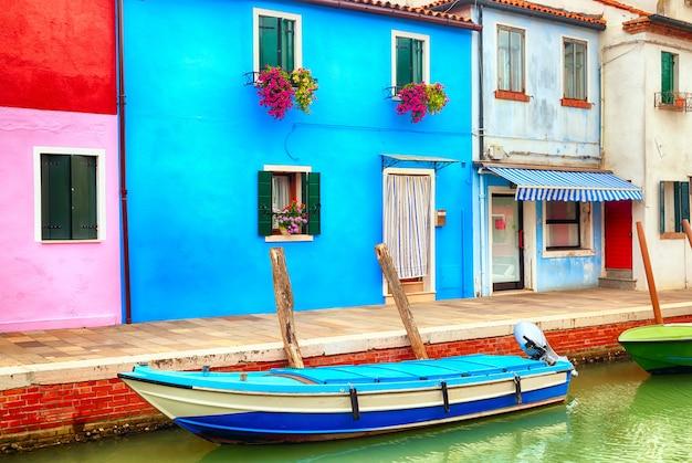 Bunte häuser in burano nahe venedig, italien mit einem boot. Premium Fotos
