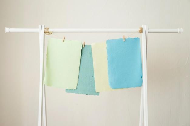 Bunte handgemachte papiere, die auf schnur trocknen Kostenlose Fotos