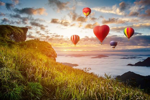 Bunte heißluftballone, die über den berg bei phucheefa, chiangrai-provinz, nördlich von thailand fliegen. Premium Fotos