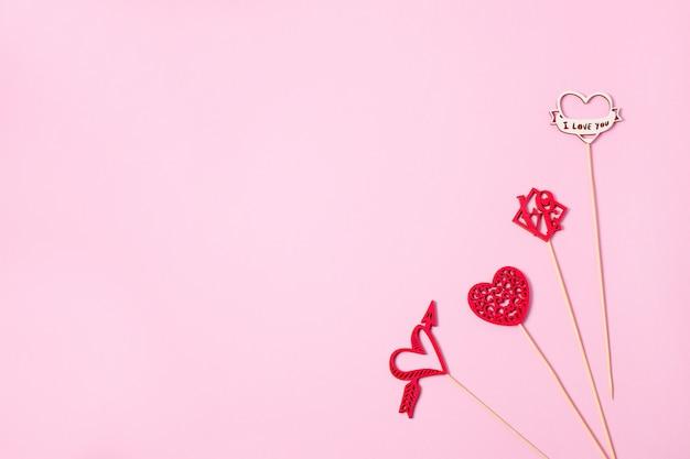 Bunte hölzerne herzen online als geschenk für valentinstag. herz ist herbstliebe. hintergrund Premium Fotos