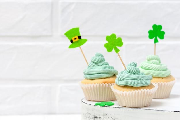 Bunte horizontale fahne st patrick tagesthema. cupcakes mit grüner buttercreme dekoriert Premium Fotos