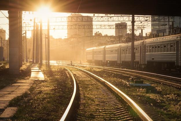 Bunte industrielandschaft mit bahnsteig, semaphor Premium Fotos