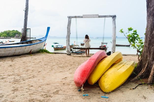 Bunte kajaks am strand, thailand Premium Fotos