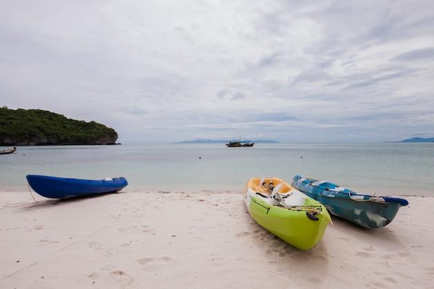 Bunte kajaks am strand von thailand Kostenlose Fotos