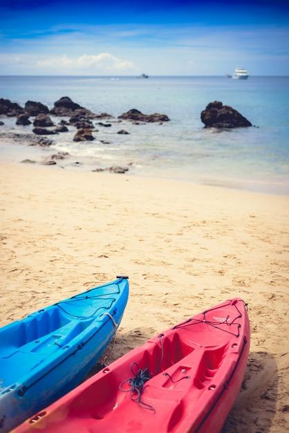 Bunte kajaks am tropischen strand, yanui beach Premium Fotos