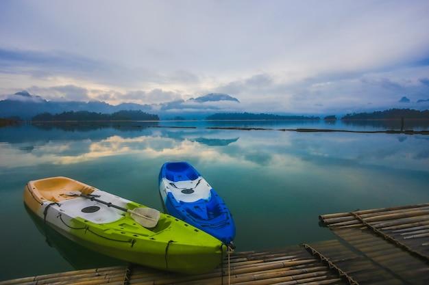 Bunte kajaks auf dem floß. blick auf die lagune Premium Fotos