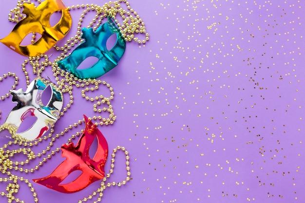 Bunte karnevalsmasken mit glitzer Kostenlose Fotos