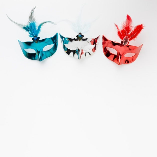 Bunte karnevalsmasken mit kopienraum Kostenlose Fotos