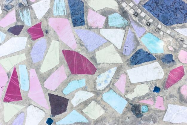 Bunte keramische fragmente und zementboden Premium Fotos