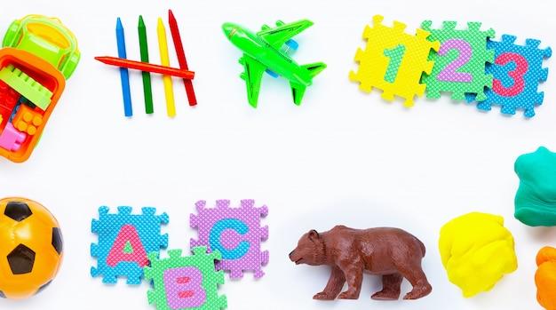 Bunte kinderspielwaren auf weiß Premium Fotos