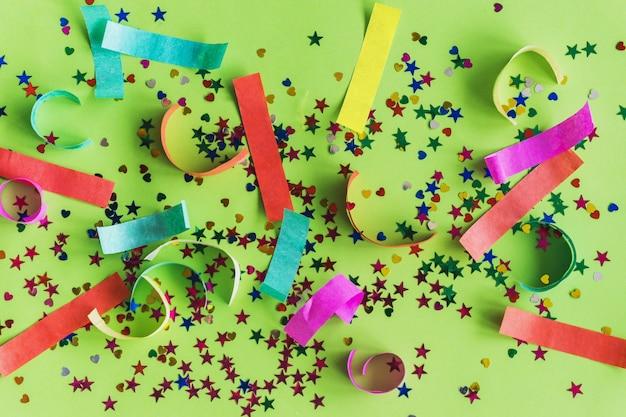 Bunte konfetti mit farbigen papierstreifen Kostenlose Fotos