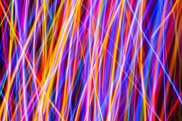 Bunte lichter auf der langen belichtung mit bewegungshintergrund, abstrakte glühende bunte linien, langsamer fensterladen Premium Fotos