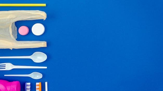 Bunte löffel auf blauem hintergrund Kostenlose Fotos