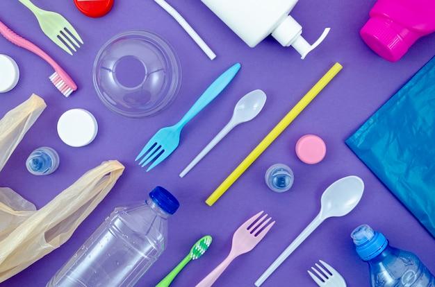 Bunte löffel und flaschen auf purpurrotem hintergrund Premium Fotos
