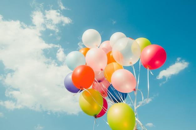 Bunte luftballons. konzept des glücklichen geburtstags im sommer und in der hochzeit Premium Fotos
