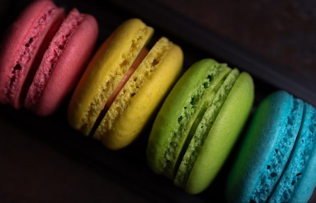 Bunte macarons in einem tablett Premium Fotos
