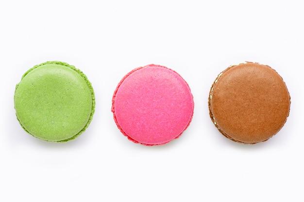 Bunte macarons lokalisiert auf weißem hintergrund Premium Fotos