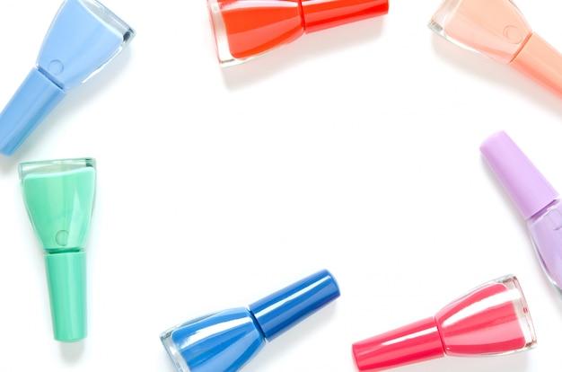 Bunte nagellackflaschen lokalisiert auf weiß Premium Fotos