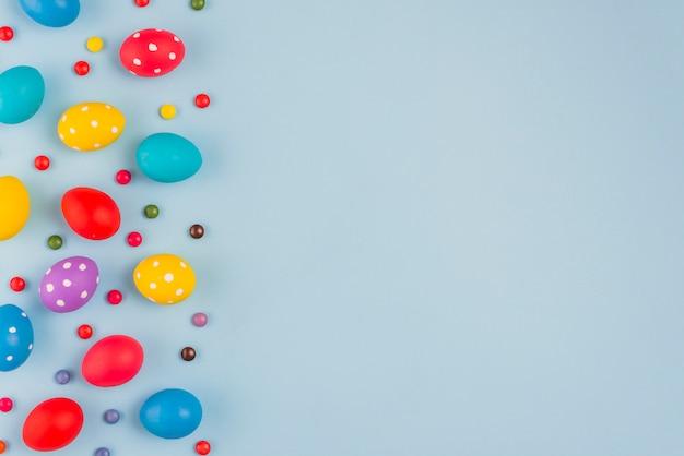 Bunte ostereier mit süßigkeiten auf tabelle Kostenlose Fotos