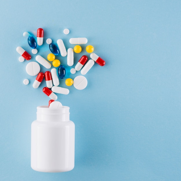 Bunte pillen und plastikflasche Premium Fotos