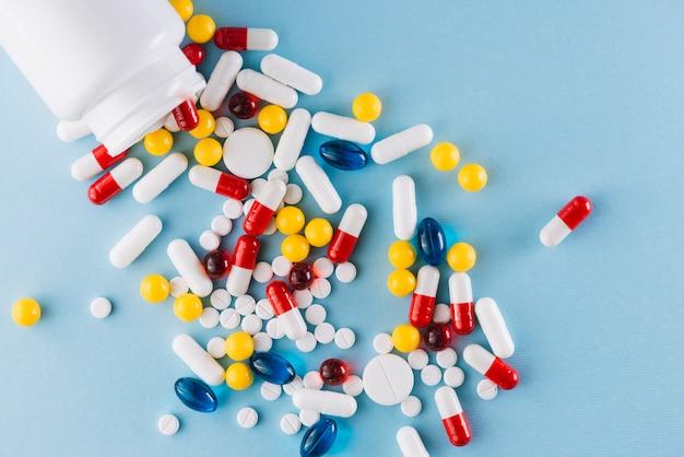 Bunte pillen und plastikflasche Kostenlose Fotos