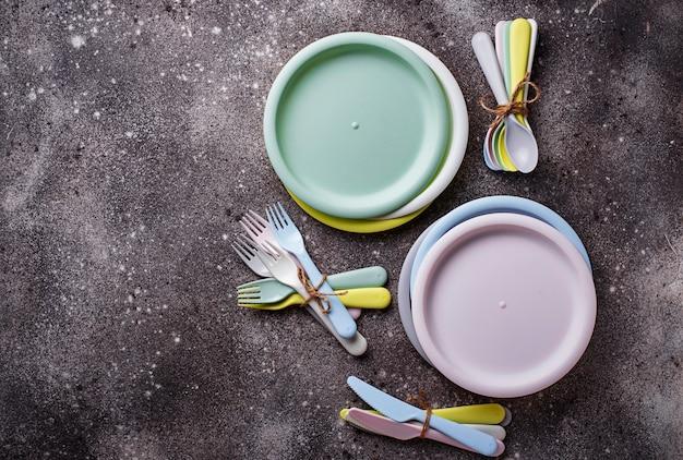 Bunte plastikteller für sommerpicknick Premium Fotos