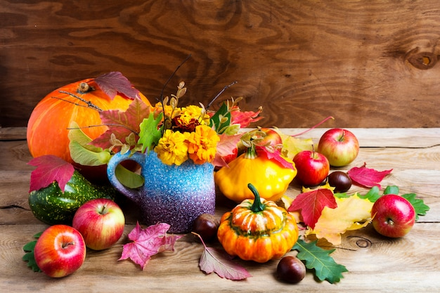 Bunte rustikale erntedankdekoration mit äpfeln und kürbisen Premium Fotos