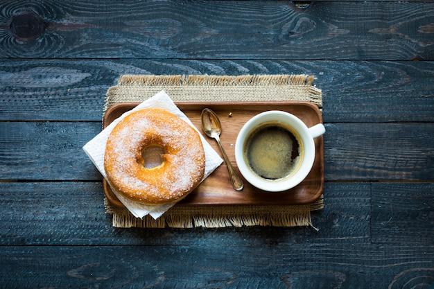 Bunte schaumgummiringe und kaffeefrühstückszusammensetzung mit verschiedenen farbarten Premium Fotos