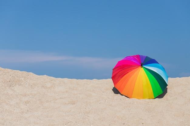 Bunte sonnenschirme am strand Premium Fotos