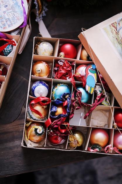 Bunte spielzeugbälle für den weihnachtsbaum Premium Fotos
