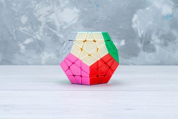 Bunte spielzeugkonstruktionen entworfen geformt auf weißem schreibtisch, spielzeugplastik Kostenlose Fotos